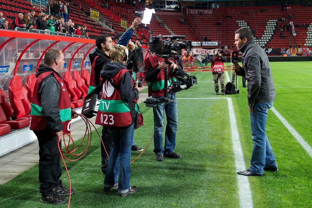 Matthias Killing (r.) moderiert die Übertragung der UEFA Europa League. - Bildquelle: Witters kabel eins