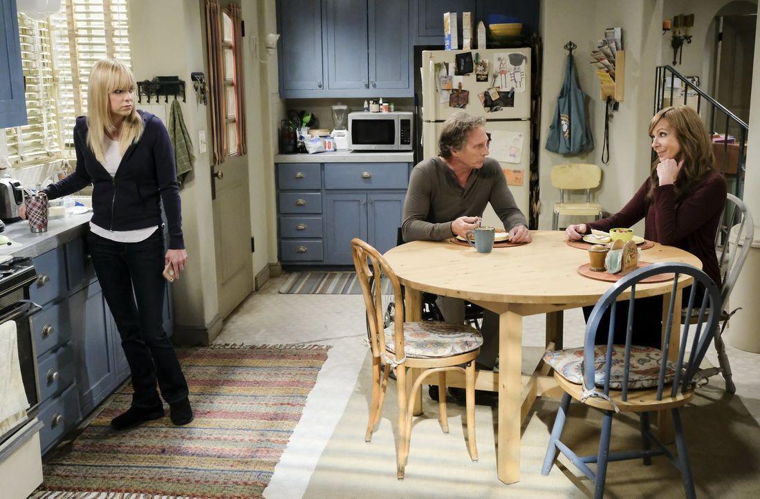 Für Adam (William Fichtner, M.) ist es nicht immer einfach, mit Christy (Anna Faris, l.) und Bonnie (Allison Janney, r.) unter einem Dach zu wohnen... - Bildquelle: 2017 Warner Bros.