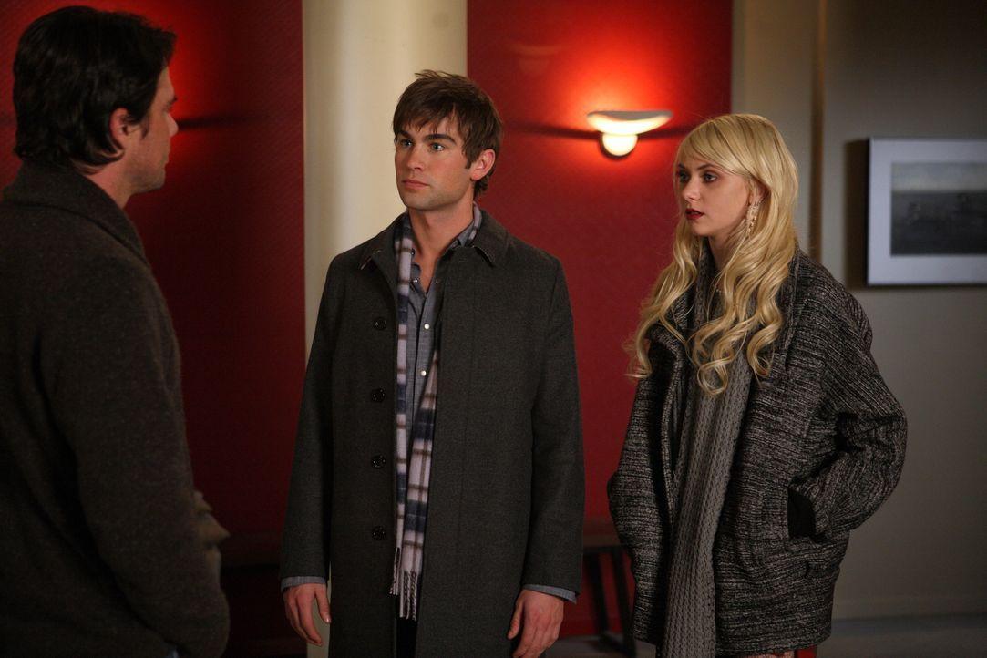 Rufus (Matthew Settle, l.) freut sich, dass Jenny (Taylor Momsen, r.) von Nate (Chace Crawford, M.)  nach Hause begleitet wurde und ahnt nichts von... - Bildquelle: Warner Brothers