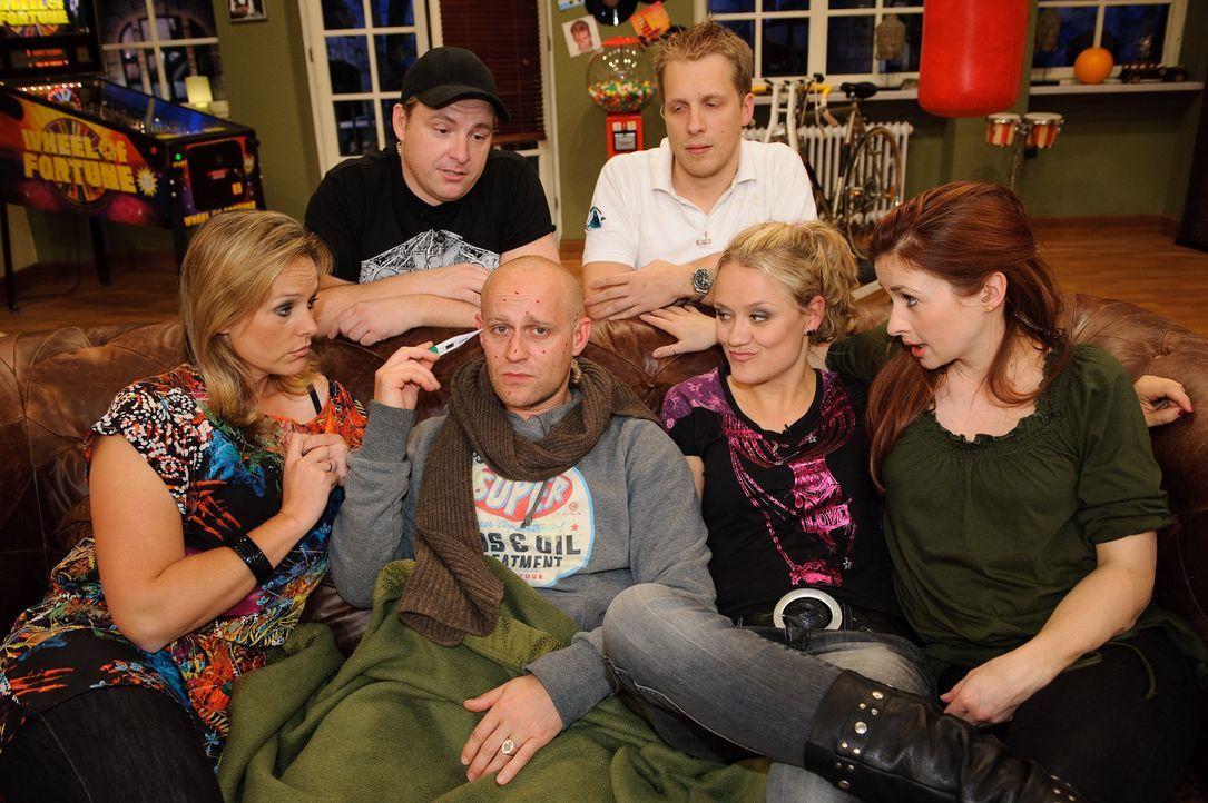 Jürgen (Jürgen Vogel, vorne 2.v.l.) ist krank. Martin Klempnow (hinten l.), Loretta Stern (vorne r.), Lisa Feller (vorne 2.v.r.), Oliver Pocher (hin... - Bildquelle: Willi Weber SAT.1