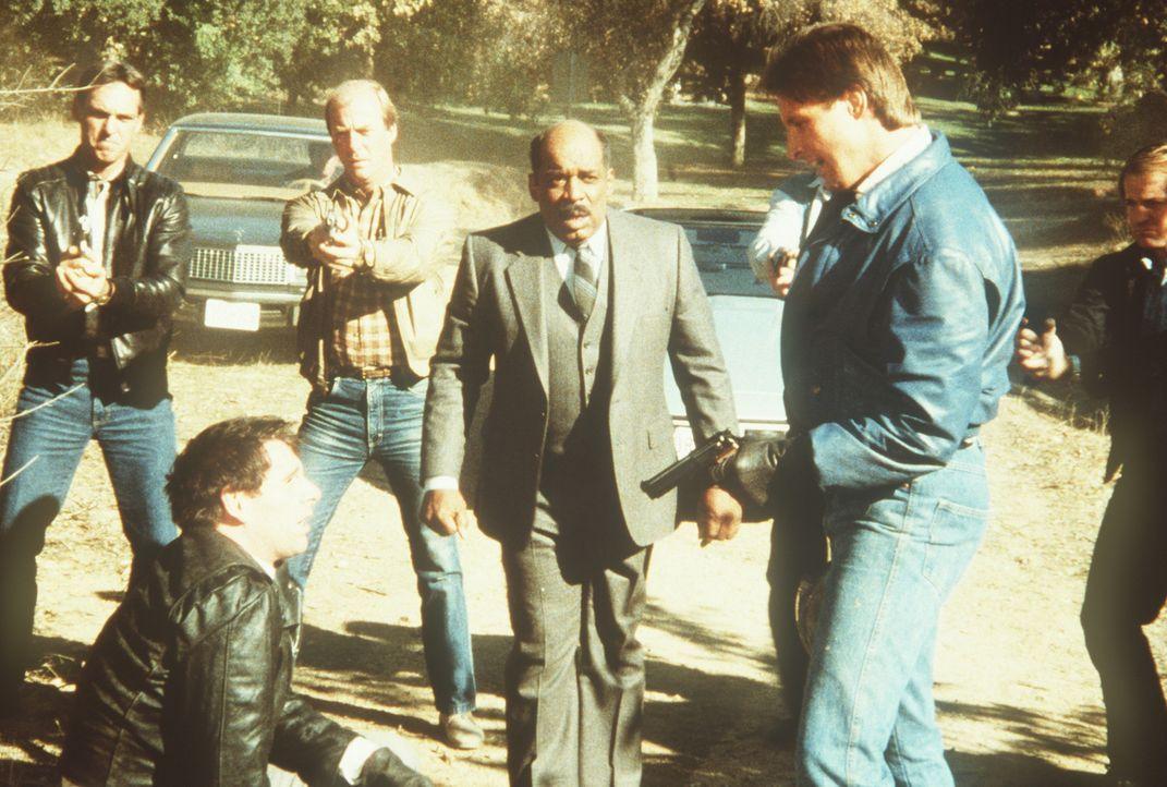 Endlich kann der Erpresser Barry (Peter Evans, l.) überwältigt werden. Lee (Bruce Boxleitner, r.) und Billy (Mel Stewart, 2.v.r.) sorgen nun mit ihr...