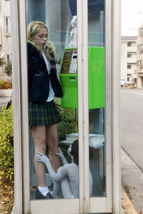 Nachdem Allison (Arielle Kebbel) mit ihren Schulkameradinnen das verfluchte Haus betreten hat, wird sie von einer geisterhaften Frauengestalt verfol... - Bildquelle: Ghost House Pictures