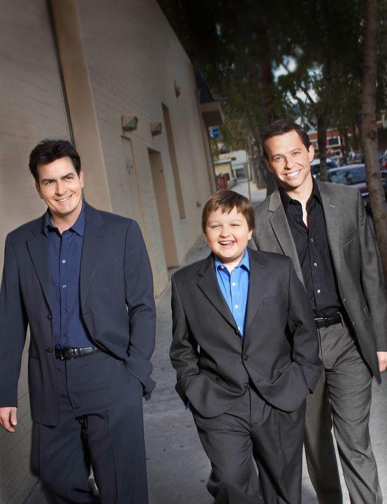 (8. Staffel) - Harte Männer: Charlie (Charlie Sheen, l.), Alan (Jon Cryer, r.) und Jake (August T. Jones, M.) ... - Bildquelle: Warner Brothers Entertainment Inc.