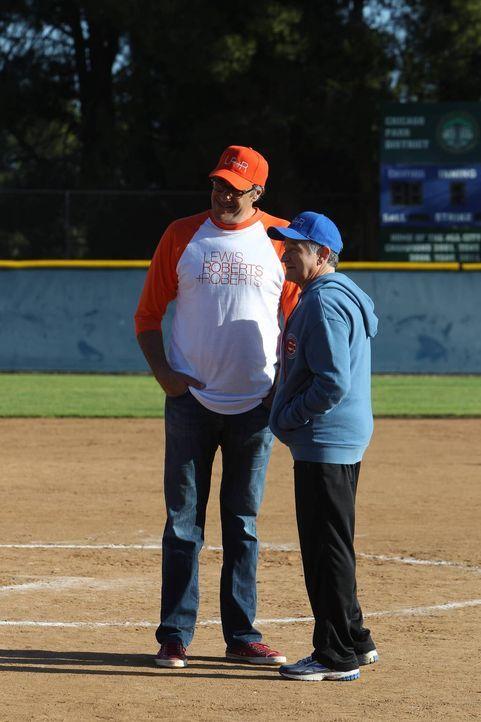 Ein Softball-Match zwischen den Abteilungen von Simon (Robin Williams, r.) und Gordon (Brad Garrett, l.) soll entscheiden, wo einem Mitarbeiter gekü... - Bildquelle: 2013 Twentieth Century Fox Film Corporation. All rights reserved.