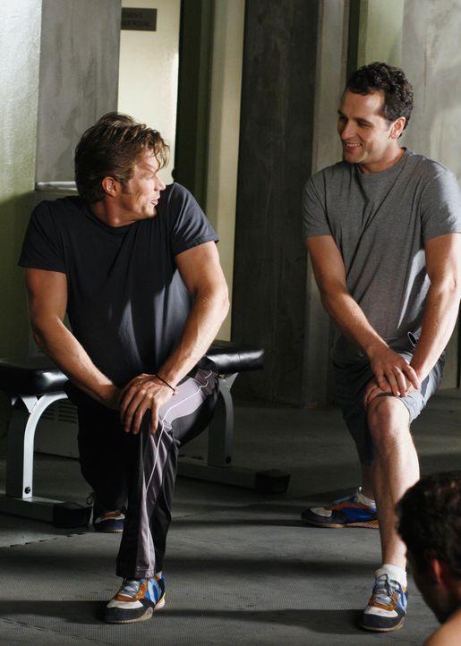 Kevin (Matthew Rhys, r.) trifft im Fitnessstudio auf den Serien-Darsteller Chad Barry (Jason Lewis, l.). Für Kevin sprechen zunächst alle Zeichen... - Bildquelle: Disney - ABC International Television