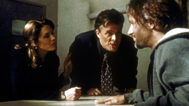 Die Detectives Frank Daniels (Nicholas Campbell, M.) und Terry Russo (Megan G...