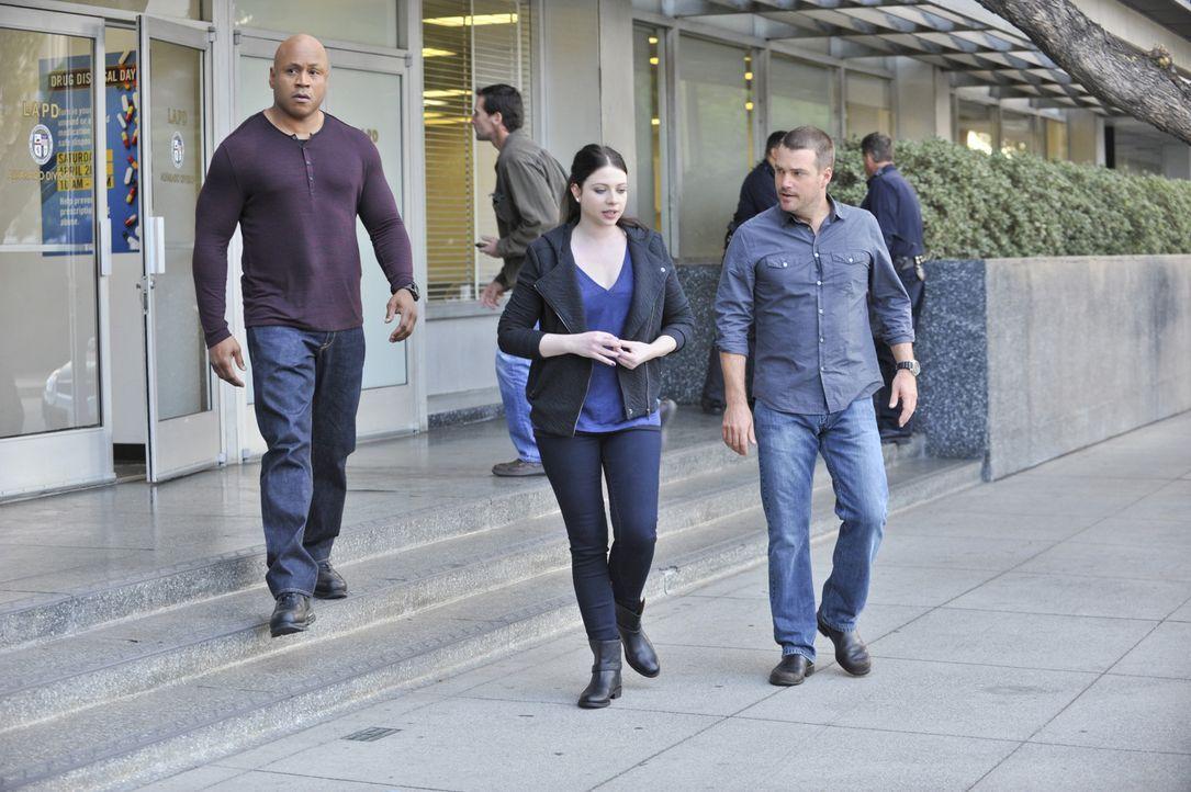 Die Tochter (Michelle Trachtenberg, M.) eines Senators wird zum Opfer eines Einbruchs. Callen (Chris O'Donnell, r.) und Sam (LL Cool J, l.) ermittel... - Bildquelle: CBS Studios Inc. All Rights Reserved.