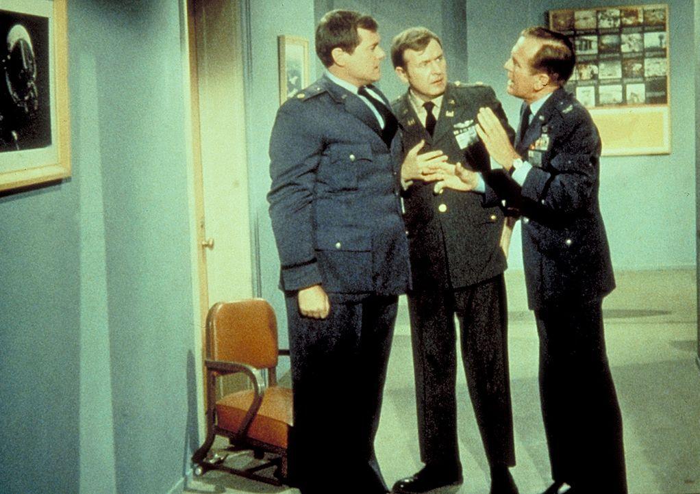 Jeannies böse Schwester hat Tony (Larry Hagman, l.) in einen Koloss verwandelt. Roger (Bill Daily, M.) und Dr. Bellows (Hayden Rorke, r.) erlauben i... - Bildquelle: Columbia Pictures