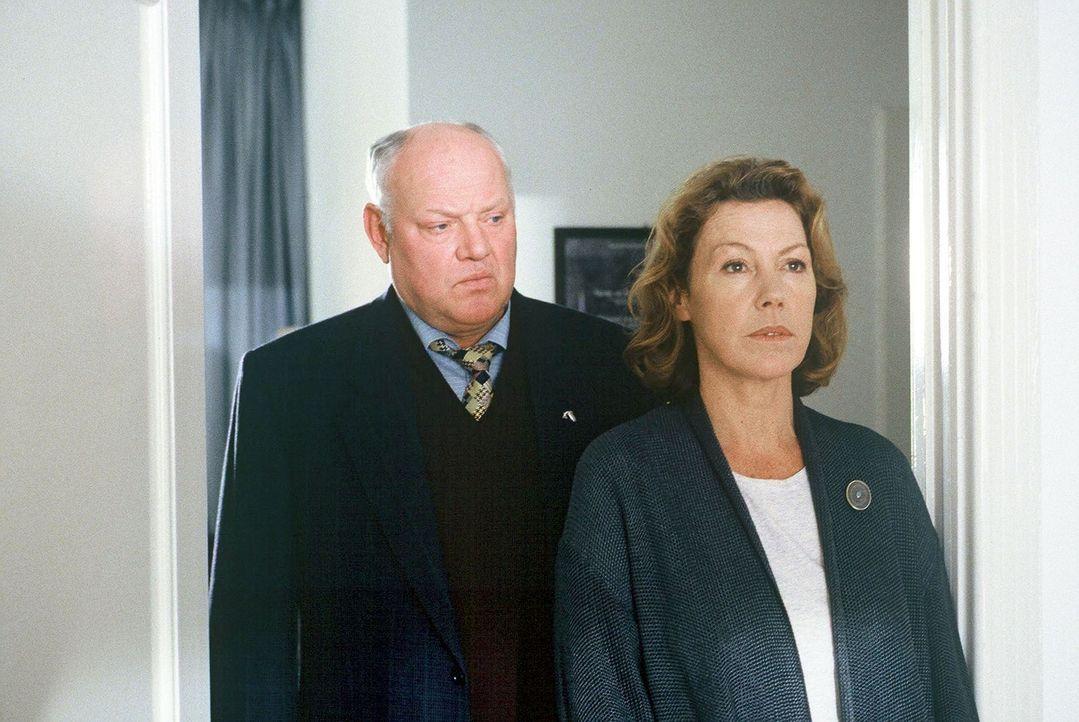 Frau Gebeler (Gaby Dohm, r.) wird von Sawatzki (Klaus Pönitz, l.) befragt. - Bildquelle: Alfred Raschke Sat.1
