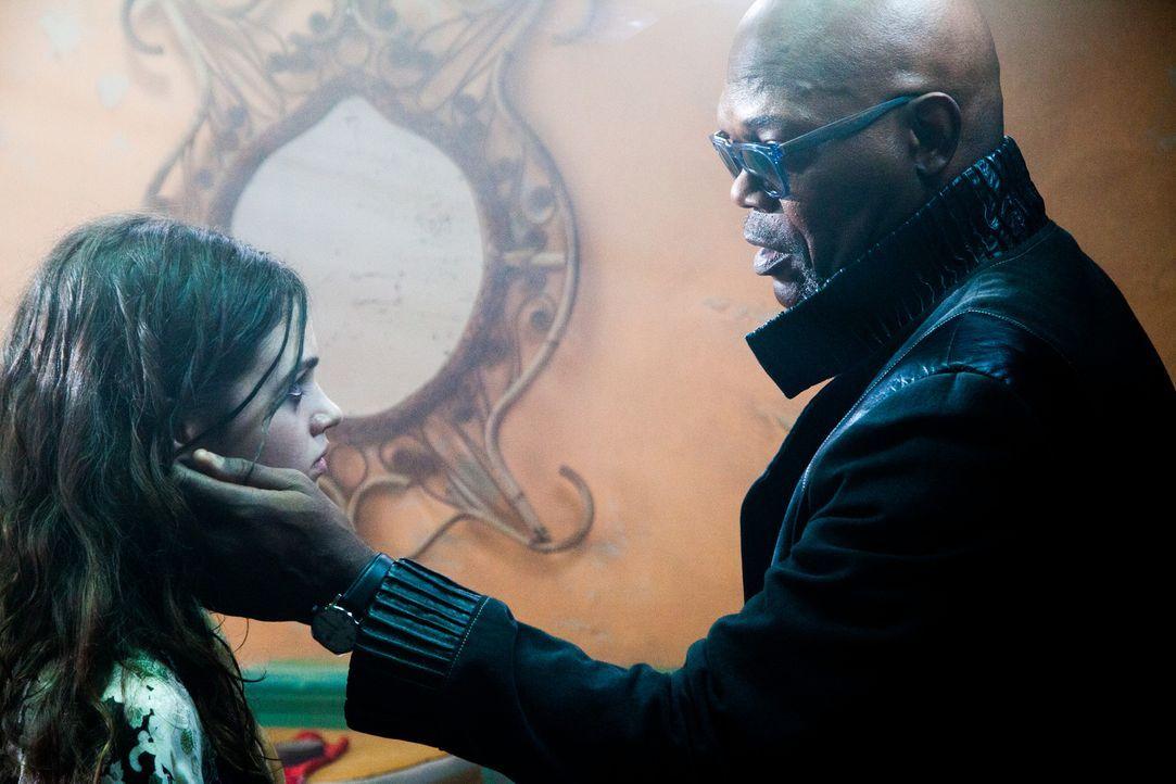Der abgebrühte Ex-Polizist Karl (Samuel L. Jackson, r.) bildet Sawa (India Eisley, l.) zu einer hocheffizienten Killerin aus, die keinerlei Gnade ke...