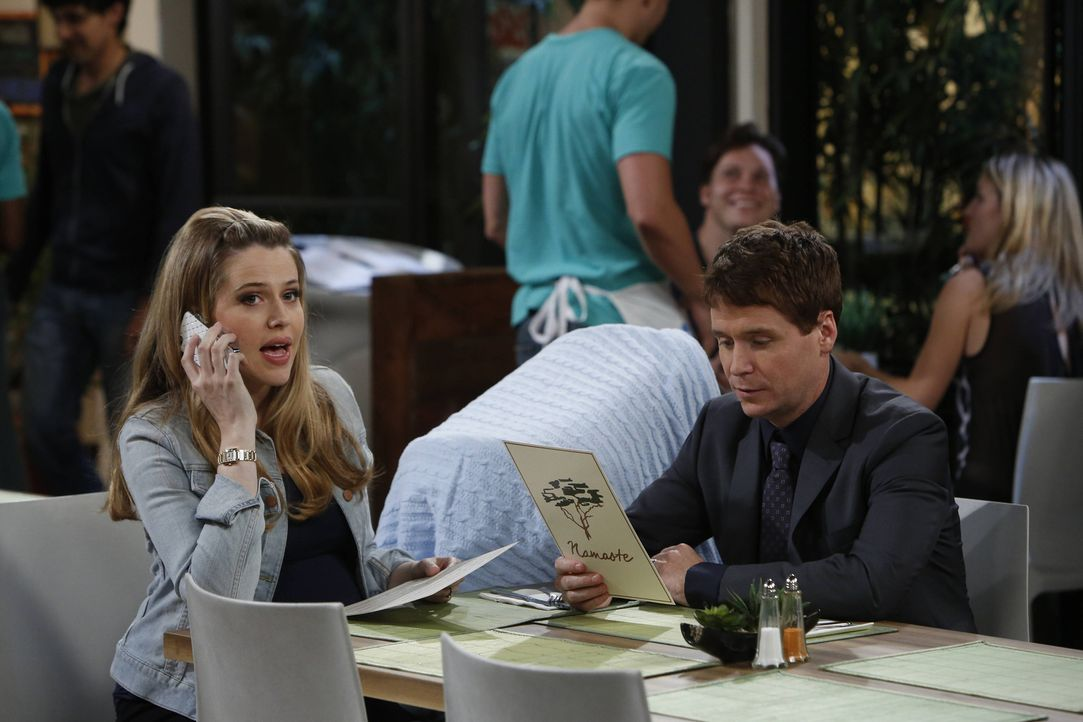 Ihr Sohn soll in die beste Vorschule, die es gibt, aber dafür müssen Andi (Majandra Delfino, l.) und Bobby (Kevin Connolly, r.) erst einmal die Dire... - Bildquelle: 2013 CBS Broadcasting, Inc. All Rights Reserved.