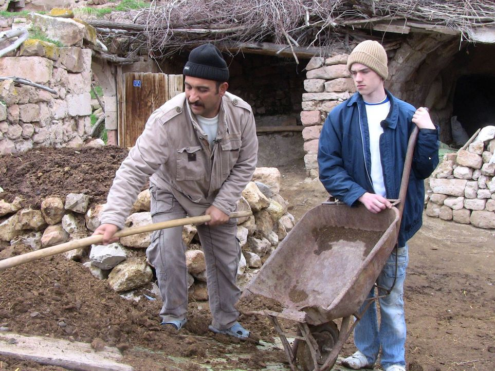 Bei Familie Erdal in der Tükei sollen Kalica und Dominik (r.) lernen, was es bedeutet, Verantwortung zu übernehmen. - Bildquelle: kabel eins