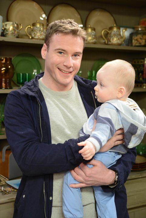 Mike Pruddy (Felix Scott, l.) könnte eine Lösung für ihr Kindermädchenproblem sein, aber Louisa ist sich nicht so sicher ... - Bildquelle: BUFFALO PICTURES/ITV