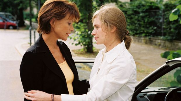 Chrissie (Julia Jentsch, r.) verabschiedet sich von ihrer Mutter Susanne (Usc...