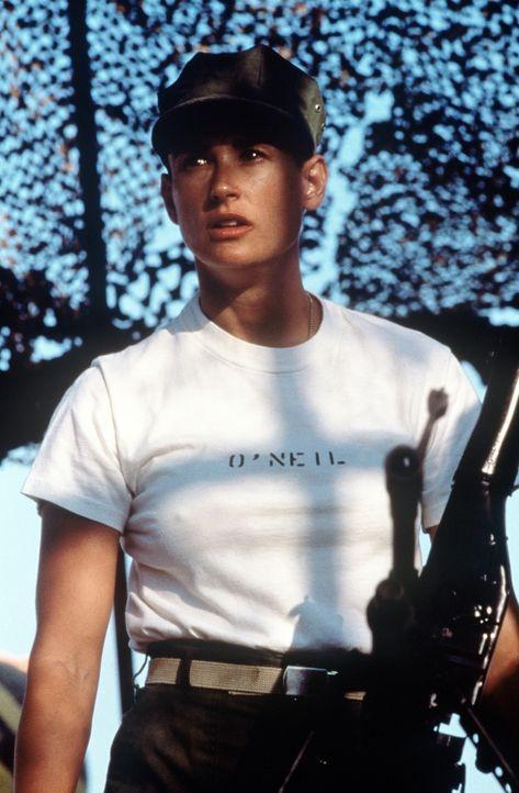 Nach und nach verschafft sich O'Neil (Demi Moore) Anerkennung und Respekt unter den Rekruten und bekommt sogar bei einer Ernstfallübung das Kommand... - Bildquelle: Buena Vista International