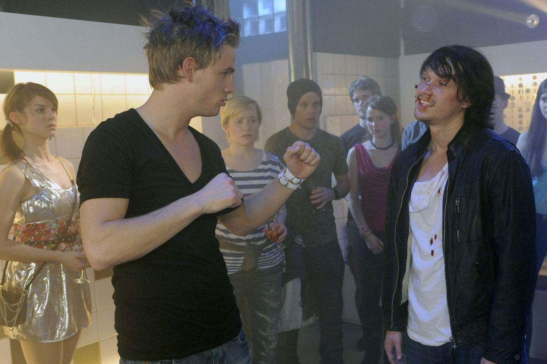 Ronnie (Frederic Heidorn, vorne l.) und Ben (Christopher Kohn, vorne r.) geraten aneinander. Doch Ben wehrt sich nicht, da er durch die Prügel sich... - Bildquelle: SAT.1