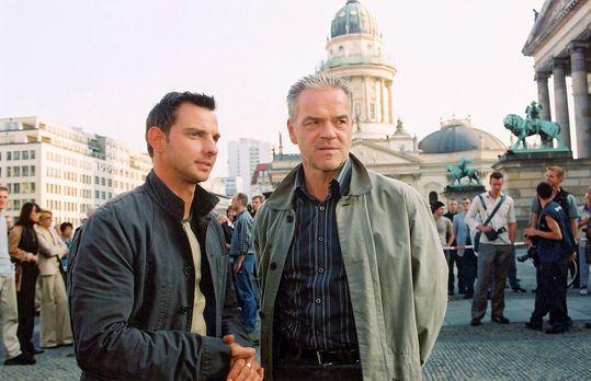 Wolffs Revier - Tom (Steven Merting, l.) ist erleichtert, dass sein Chef (Jür...