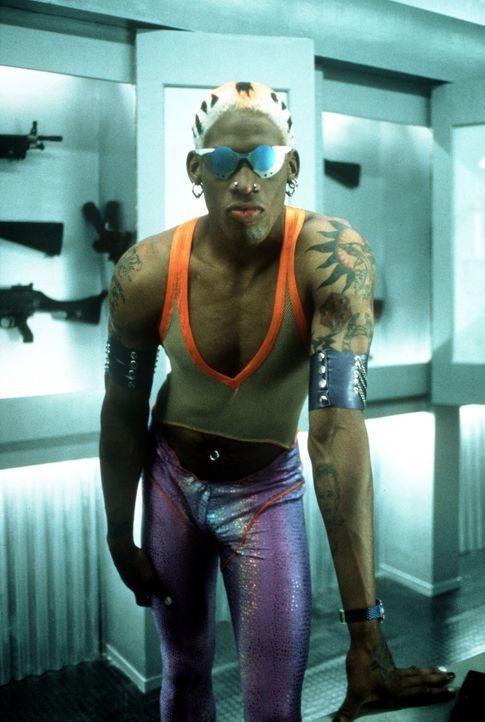Hilft Jack im Kampf gegen Stavros: der flippige Waffenhändler Yaz (Dennis Rodman) ... - Bildquelle: Columbia TriStar
