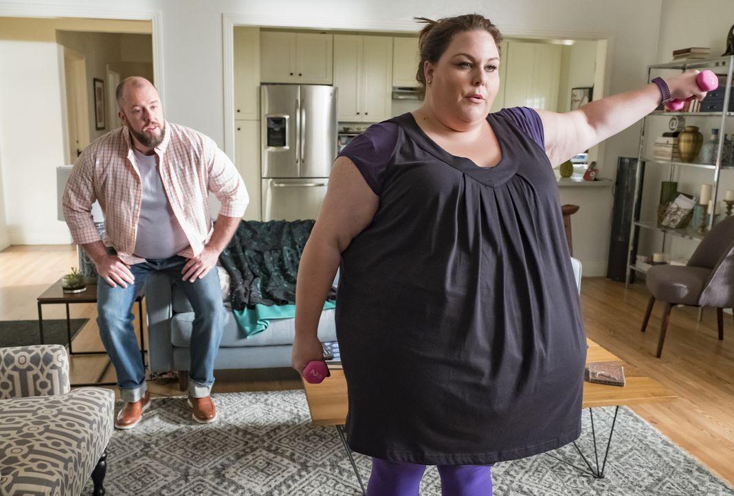 Toby (Chris Sullivan, l.) sieht in Kates (Chrissy Metz, r.) plötzlichem Fitness- und Gesundheitswahn eine ungesunde Obsession, doch den wahren Grund... - Bildquelle: Ron Batzdorff 2017-2018 NBCUniversal Media, LLC.  All rights reserved.