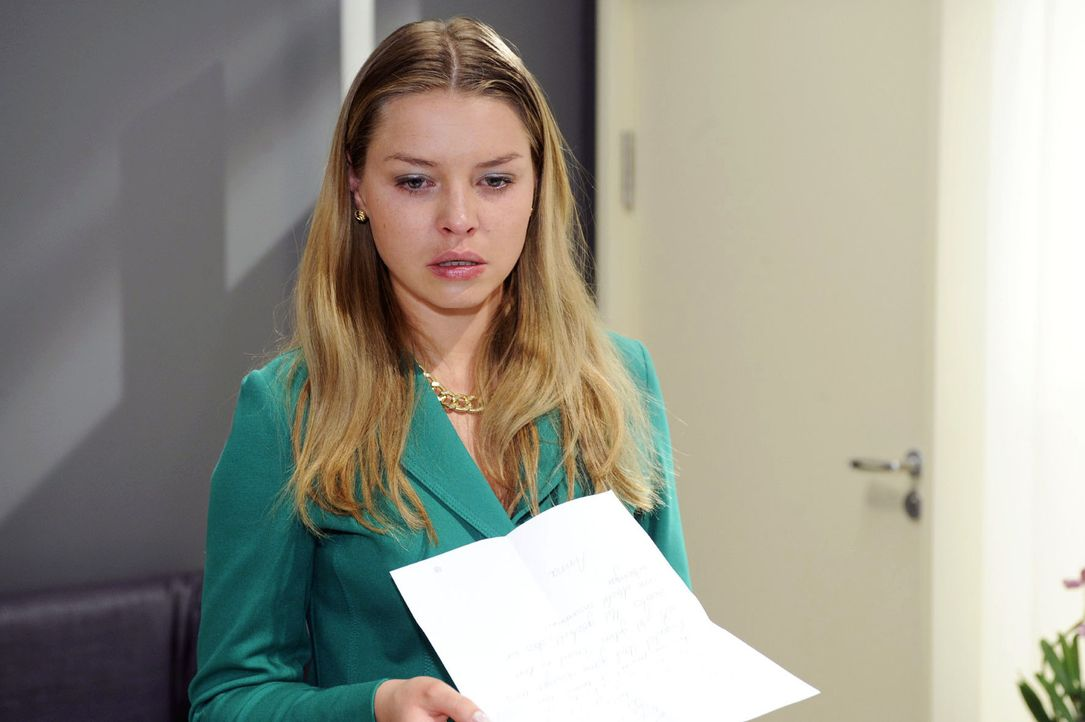 Katja (Karolina Lodyga) bekommt Annas Brief an Jonas in die Hände ... - Bildquelle: Oliver Ziebe Sat.1