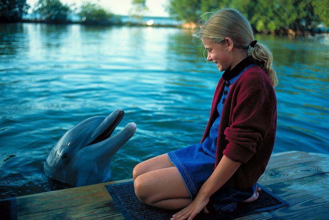 Die kleine Nina (Louisa Herfert) freundet sich mit Domino, dem Einzelgänger unter den Delfinen, an ... - Bildquelle: Leslie Haslam ProSieben