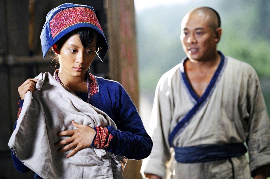 Die blinde Moon (Betty Sun, l.) nimmt sich Huo Yuanjias (Jet Li, r.) nach seinem schweren Schicksalsschlag an. Mit ihrer Großherzigkeit hilft sie i... - Bildquelle: Constantin Film Verleih GmbH