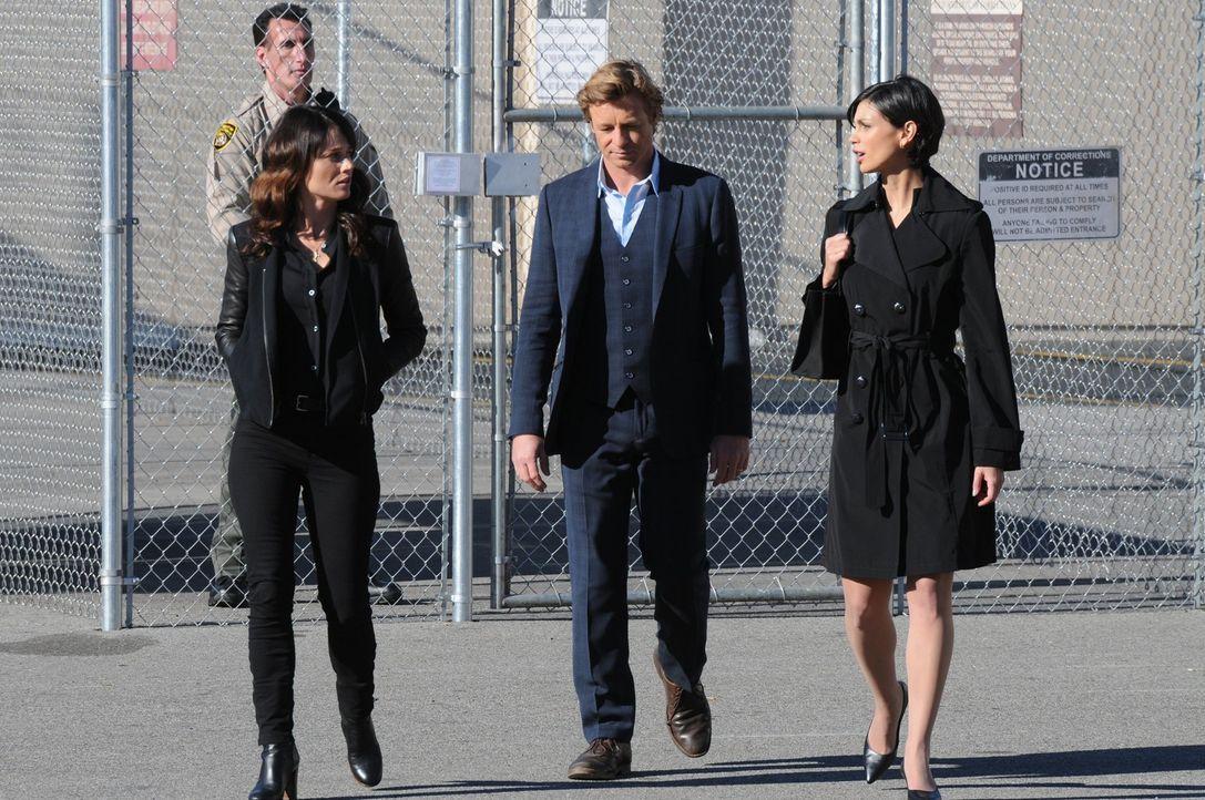 Versuchen einen Mordfall aufzuklären: Teresa (Robin Tunney, l.), Patrick (Simon Baker, M.) und Erica Flynn (Morena Baccarin, r.) ... - Bildquelle: Warner Bros. Television
