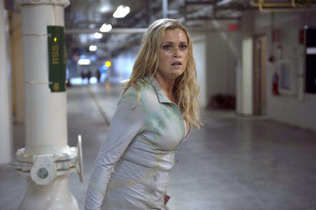 """Clarke (Eliza Taylor) ist sich sicher, dass alles in """"Mount Waether"""" zu schön ist, um wahr zu sein. Wird sie damit Recht behalten? - Bildquelle: 2014 Warner Brothers"""