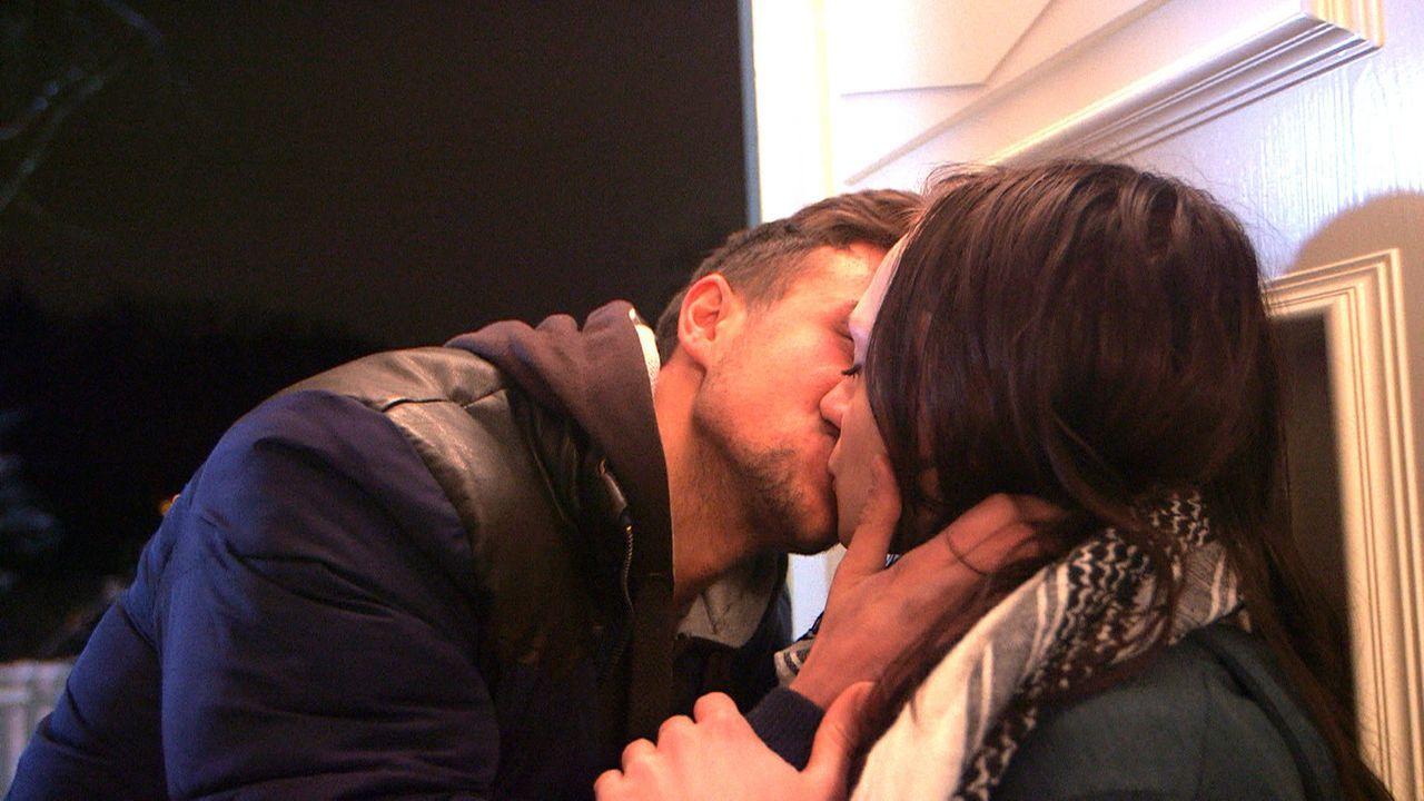 Antonia (r.) kann es nicht glauben, Juri (l.) will mit ihr zusammen sein ... - Bildquelle: SAT.1