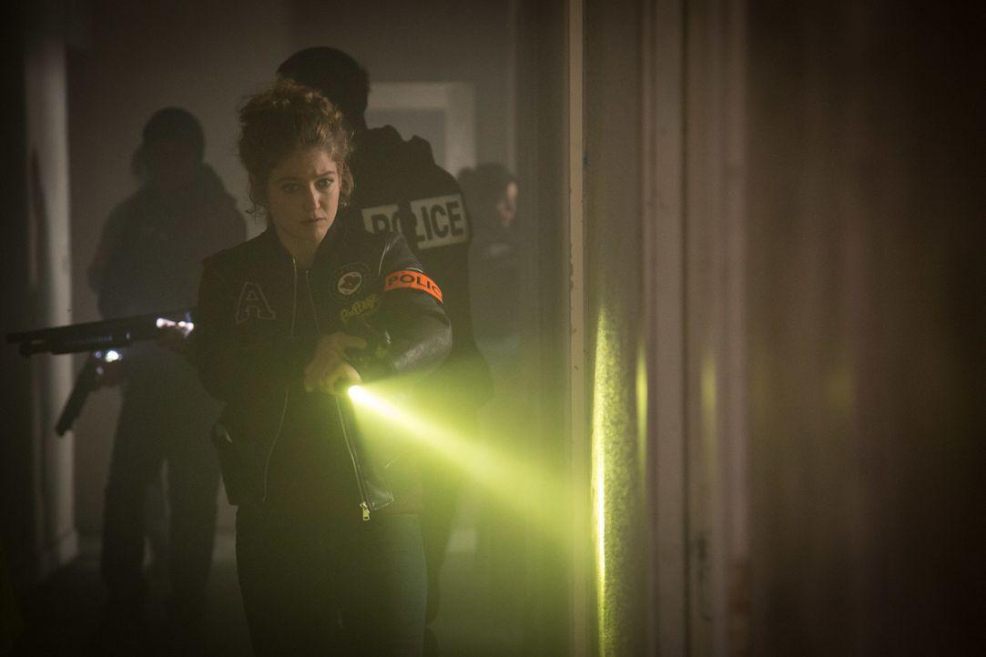 Es ist ein gefährlicher Einsatz für Emma (Sophie de Fürst) und das Team - finden sie in dem verlassenen Gebäude, Argos Hinweis folgend, wirklich den... - Bildquelle: Eloïse Legay 2016 BEAUBOURG AUDIOVISUEL