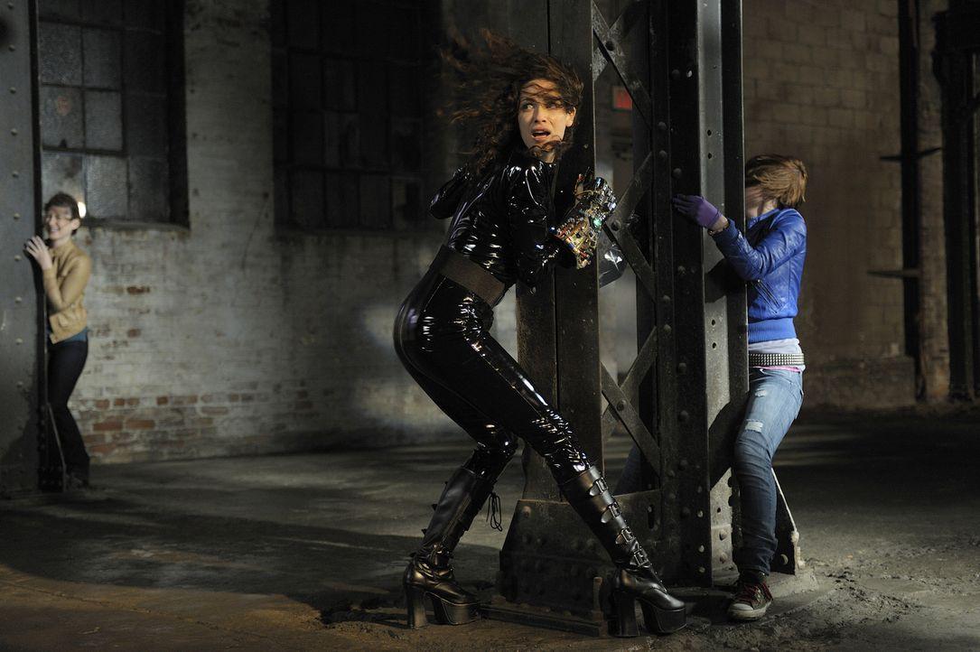 Lorettas (Jewel Staite, l.) Freund Sheldon ist wegen eines Artefaktes völlig außer Kontrolle geraten. Können Myka (Joanne Kelly M.), Claudia (Alliso... - Bildquelle: Philippe Bosse SCI FI Channel