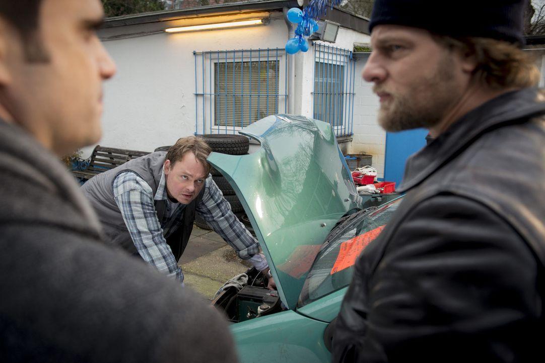 Haben Mick (Henning Baum, r.) und Andreas (Maximilian Grill, l.) in Toni Barsch (Sascha Nathan, M.) den gesuchten Mörder bereits gefunden? - Bildquelle: Martin Rottenkolber SAT.1
