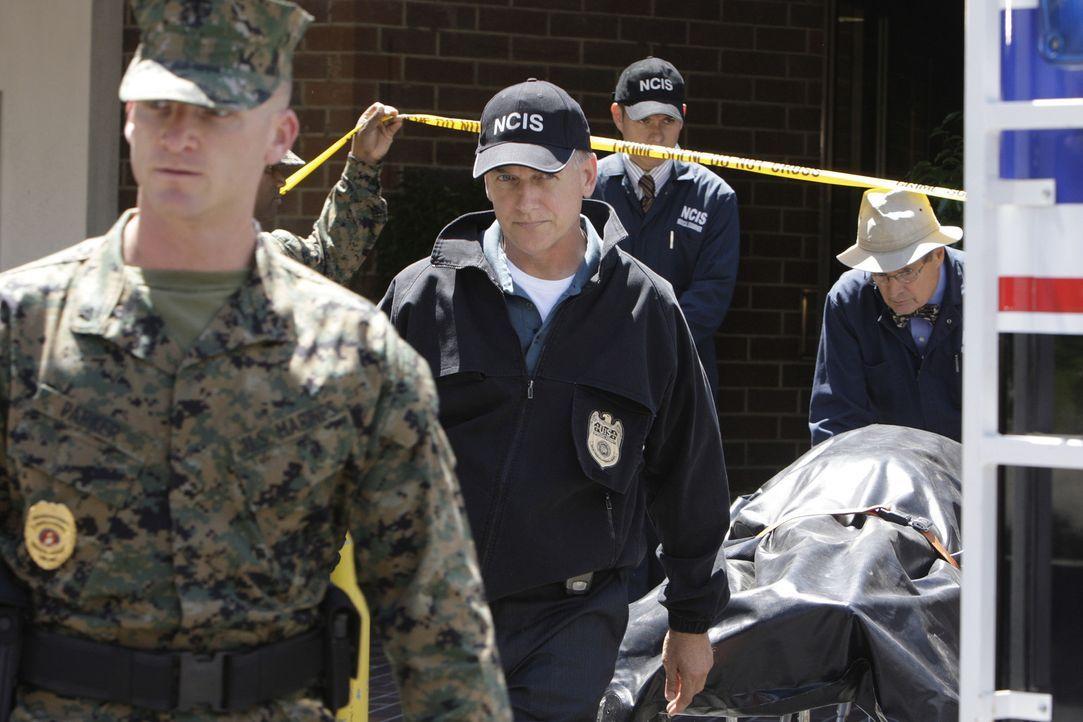 Ein Wachmann einer Bank auf dem Navy-Stützpunkt in Quantico wird bei einem Überfall erschossen. Gibbs (Mark Harmon, 2.v.l.), Ducky (David McCallum... - Bildquelle: CBS Television