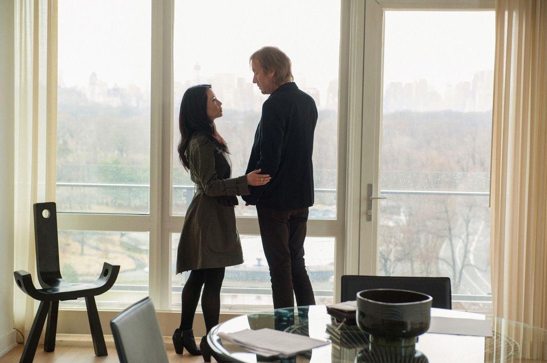 Fühlen sich immer noch stark zueinander hingezogen: Mycroft Holmes (Rhys Ifans, r.) und Joan Watson (Lucy Liu, l.) ... - Bildquelle: CBS Television