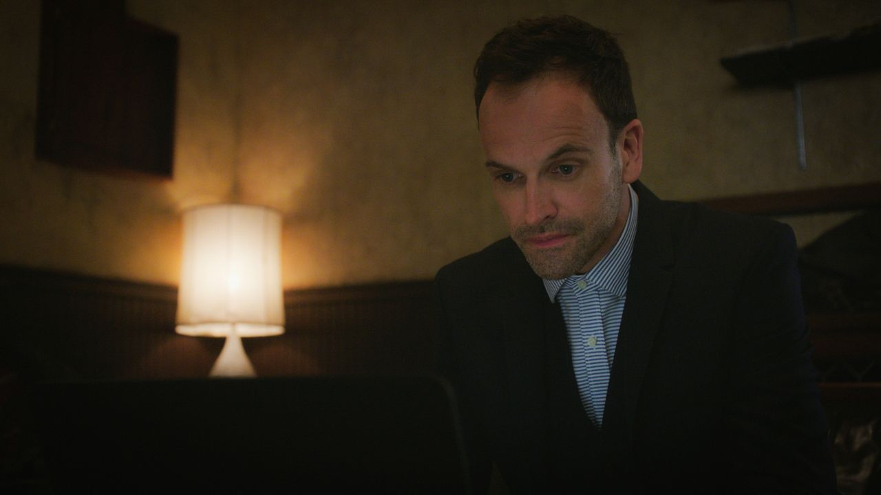 Sherlock (Jonny Lee Miller) zweifelt an den Motiven seines Vaters, der anbietet, dem Ermittlerduo bei ihrem neusten Fall zu helfen ... - Bildquelle: 2015 CBS Broadcasting Inc. All Rights Reserved.