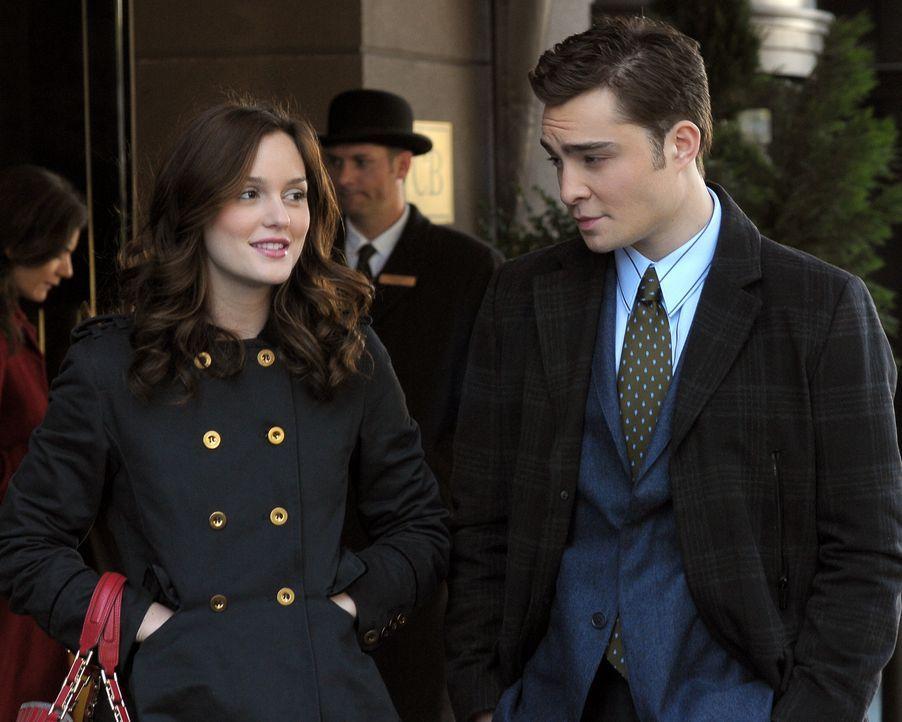 Blair (Leighton Meester, l.) rätselt mit Chuck (Ed Westwick, r.) darüber, was ihre Mutter ihr verschweigen könnte. - Bildquelle: Warner Brothers