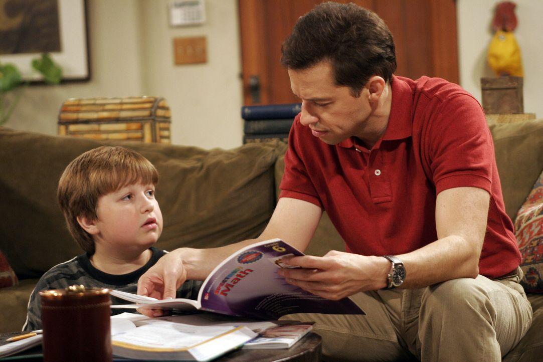 Jakes (Angus T. Jones, l.) Noten in der Schule lassen zu wünschen übrig, doch er ist keiner Ausrede verlegen, um einer Strafe von Alan (Jon Cryer,... - Bildquelle: Warner Brothers Entertainment Inc.
