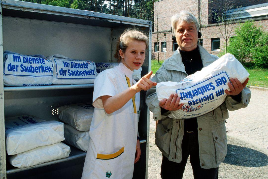 Lernschwester Fränzi (Jacqueline Svilarov, l.) ist von dem neuen Fahrer der Wäscherei überrascht. Dr. Wellbrock (Peter Wilczynski, r.), der neue Arz... - Bildquelle: Noreen Flynn Sat.1