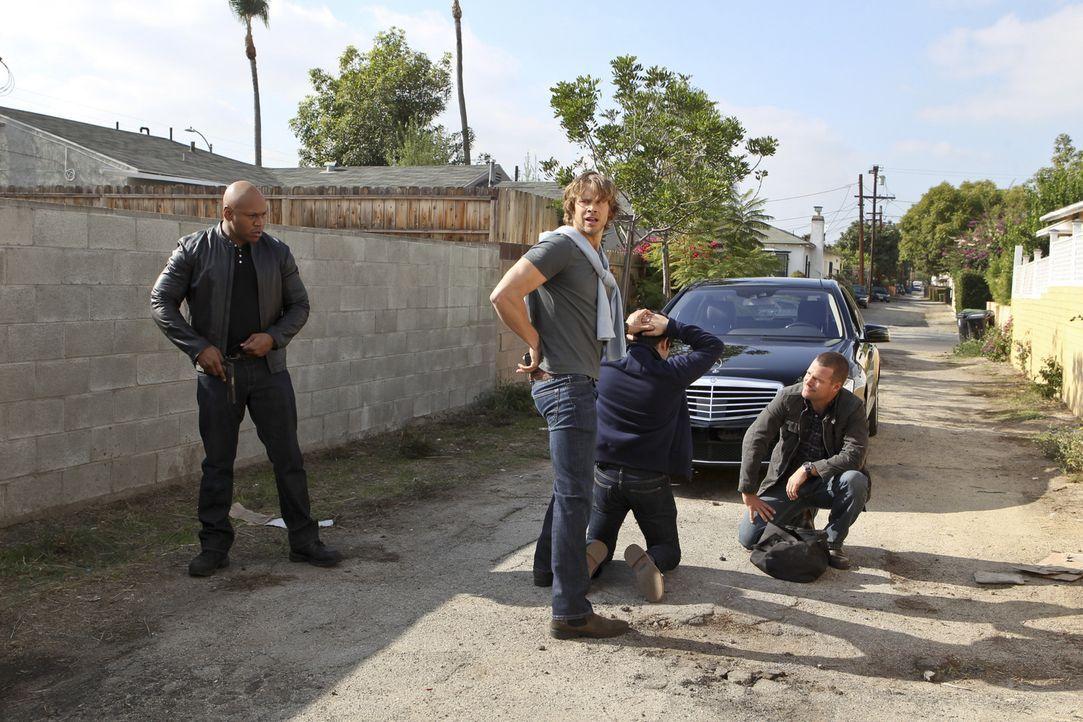 Geben alles, um einen neuen Fall zu lösen: Callen (Chris O'Donnell, r.), Sam (LL Cool J, l.) und Deeks (Eric Christian Olsen, 2.v.l.) ... - Bildquelle: CBS Studios Inc. All Rights Reserved.