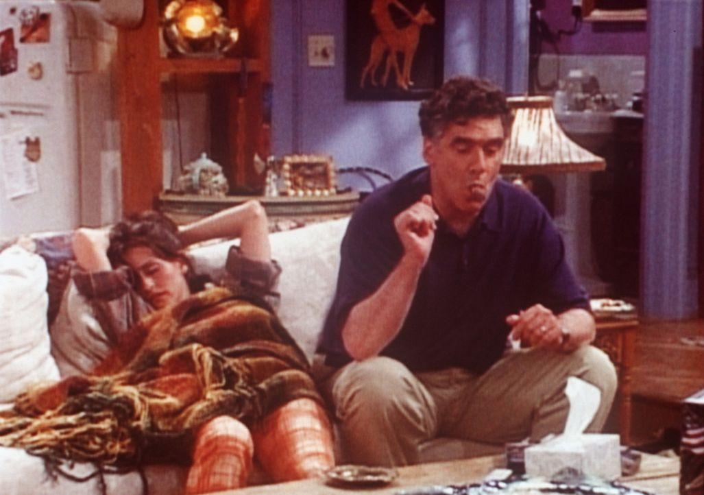 Monica (Courteney Cox, l.) hat die Trennung von Richard noch nicht überwunden und kann seit Tagen nicht mehr schlafen. Nur ihr Vater schafft es, si... - Bildquelle: TM+  2000 WARNER BROS.