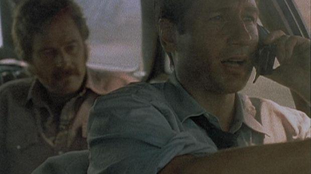 Mulder (David Duchovny, r.) erklärt am Telefon, warum er mit seinem Kidnapper...