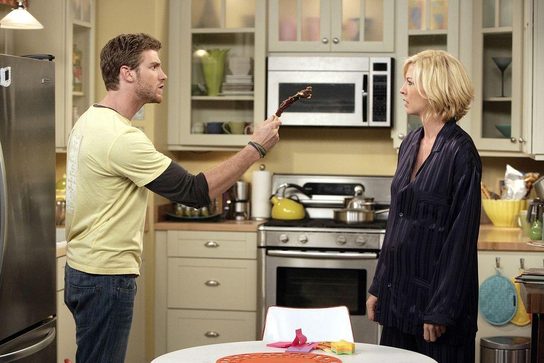 Zack (Jon Foster, l.) und Billie (Jenna Elfman, r.) haben mal wieder Zoff. Sie hat alle seine Rippchen verdrückt, die er seinem Chef zum Probieren... - Bildquelle: 2009 CBS Broadcasting Inc. All Rights Reserved
