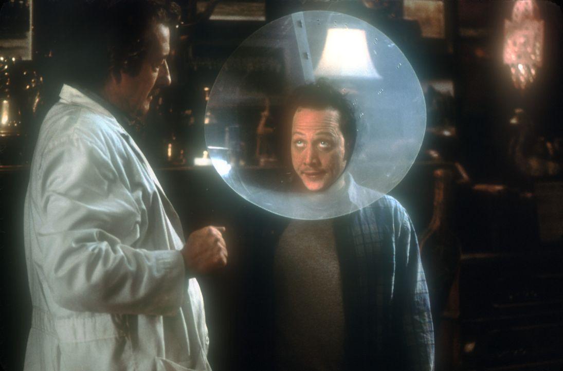 Nach seinem Unfall schleppt ihn der verrückte Wissenschaftler Dr. Wilder (Michael Caton, l.) in sein Labor im Wald. Dort manipuliert der Forscher m... - Bildquelle: 2003 Senator Film