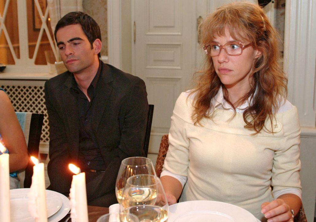 Geschockt verfolgt Lisa (Alexandra Neldel, r.) den Verlauf der Familienfeier, die alle versöhnen sollte. Als die betrunkene Sophie auch noch enthü... - Bildquelle: Monika Schürle Sat.1