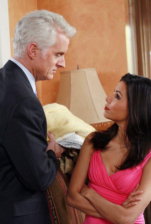 Gabrielle (Eva Longoria, r.) schafft es nicht, sich dem Charme von Victor Lang (John Slattery, l.) zu entziehen ... - Bildquelle: 2005 Touchstone Television  All Rights Reserved