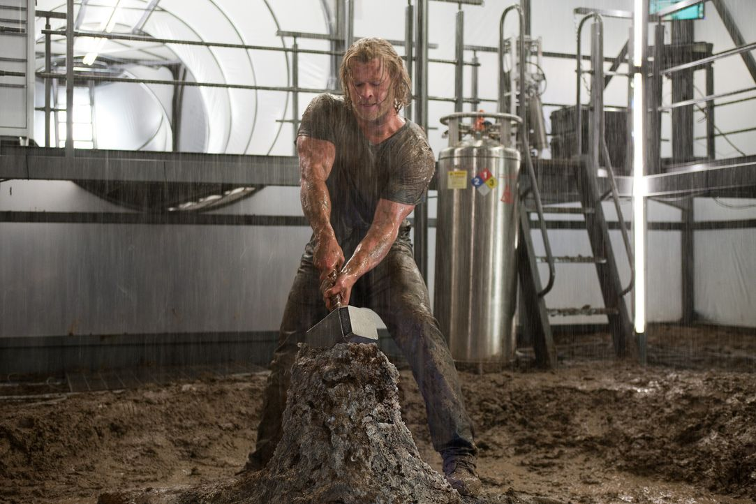 Eigentlich hatte es sich Thor (Chris Hemsworth) einfacher vorgestellt, den Hammer Mjölnir wieder an sich zu nehmen, aber Odin legt ihm Steine in de... - Bildquelle: 2011 MVLFFLLC. TM &   2011 Marvel. All Rights Reserved.
