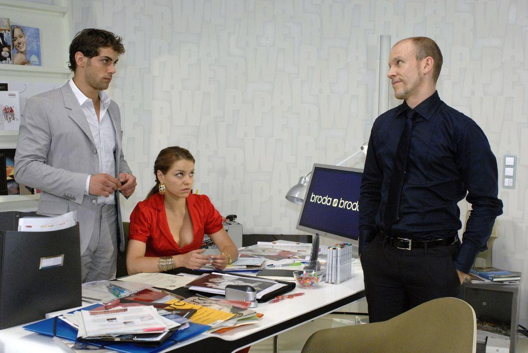 Gerrit (Lars Löllmann, r.) verkündet Jonas (Roy Peter Link, l.) und Katja (Karolina Lodyga, M.), dass er während des Urlaubs seiner Eltern der Inter... - Bildquelle: Oliver Ziebe Sat.1
