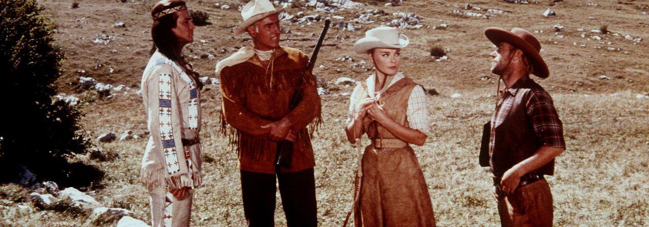 Old Wabble (Paddy Fox, r.) berichtet Winnetou (Pierre Brice, l.), Old Surehand (Stewart Granger, 2.v.l.) und Annie (Elke Sommer, 2.v.r.), was die sk... - Bildquelle: Columbia Pictures