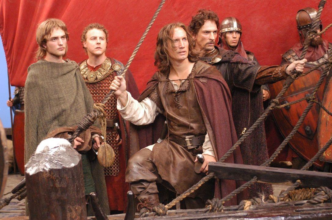 Gemeinsam machen sich die Freunde (v.l.n.r.: Robert Pattinson, Samuel West, Benno Fürmann und Julian Sands) auf den Weg nach Island. König Gunther... - Bildquelle: Tandem Communication/VIP Med Sat.1