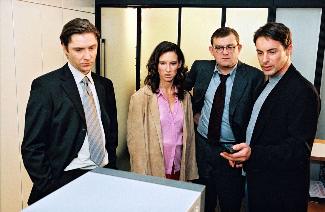 Kommissar Brandtner (Gedeon Burkhard, r.) lässt sich in der Privat-Bank von Kassierer Czermak (Nicki von Tempelhoff, l.), Sekretärin Tina Baumann... - Bildquelle: Sat.1